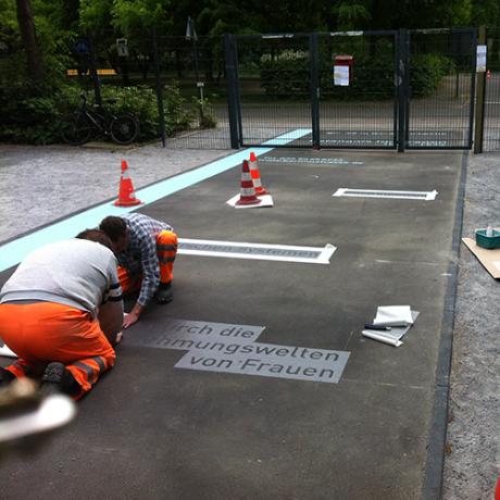 Auftragen der Markierung vor dem Eingang der Verkehrsschule